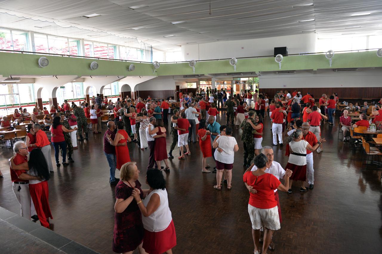 Baile Vermelho e Branco em Limeira celebra ano de atividades com idosos