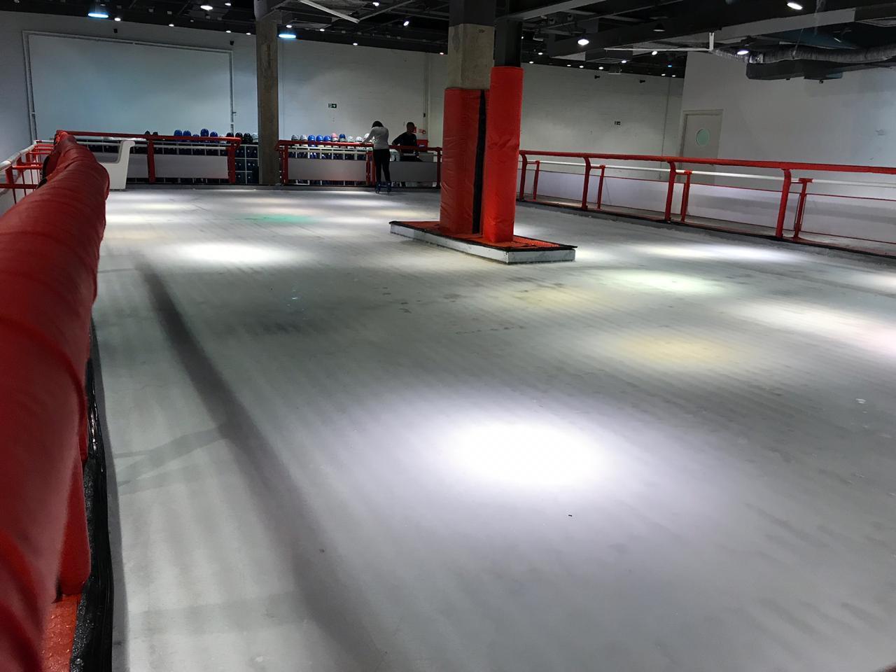 Pista de patinação do gelo é atração do Limeira Shopping