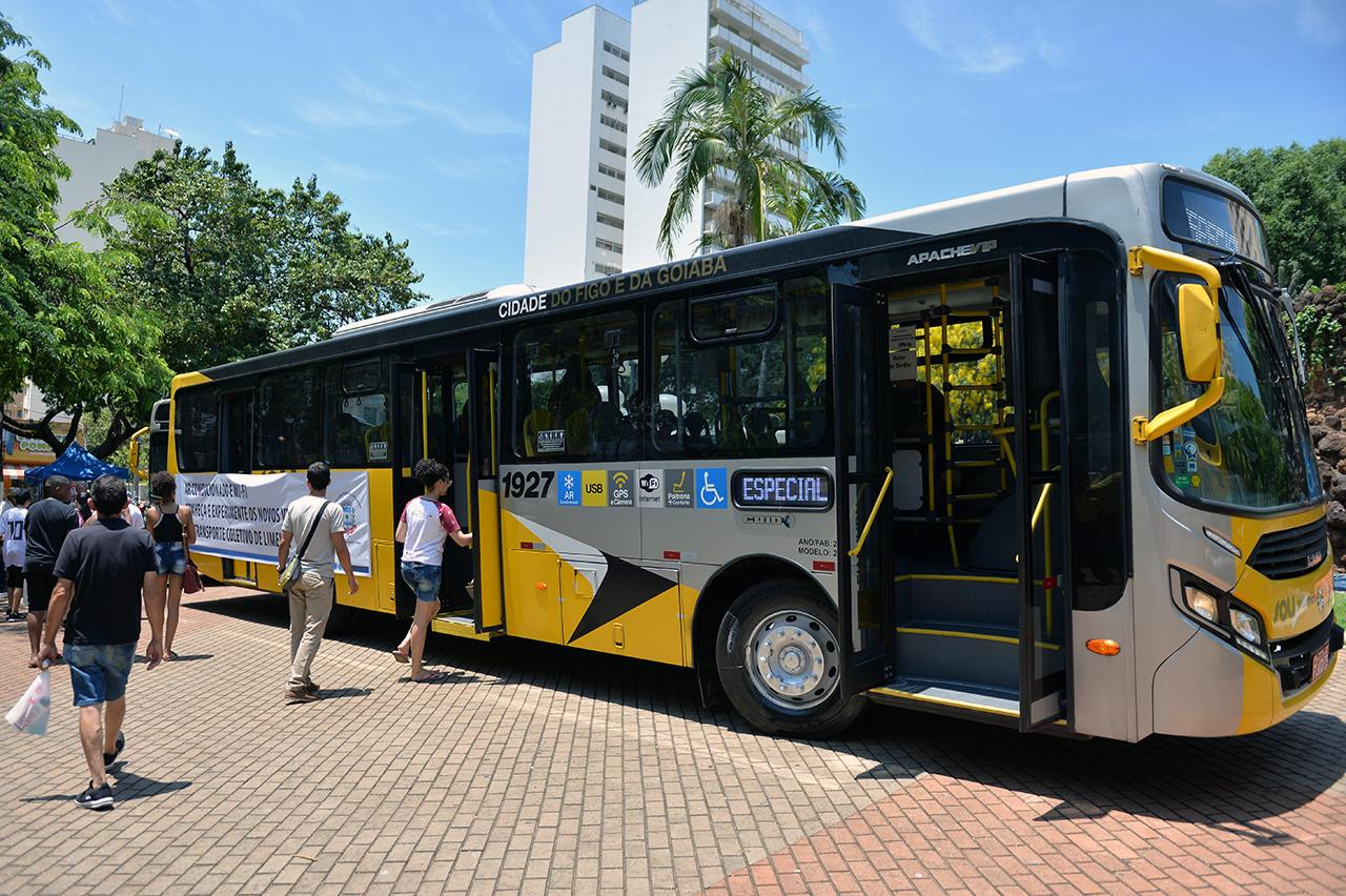 Na praça de Limeira, novos ônibus são apresentados; população aprova