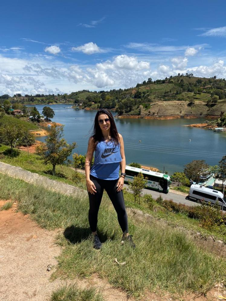 Digital influencer Barbara Figuccio visita Piedra del Peñol em Antioquia na Colômbia