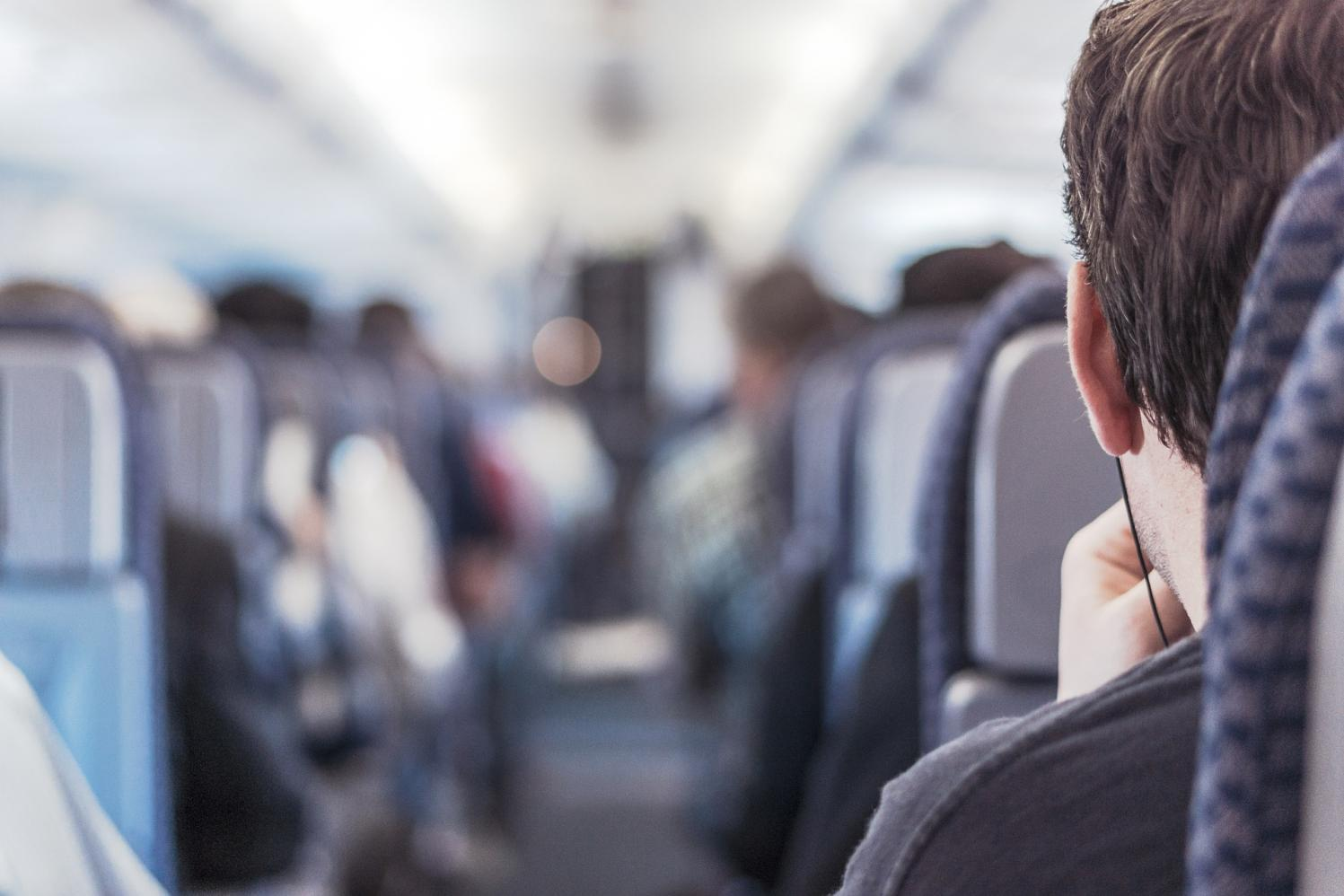 Vai viajar de avião? Preste atenção nos cuidados com a audição durante os voos