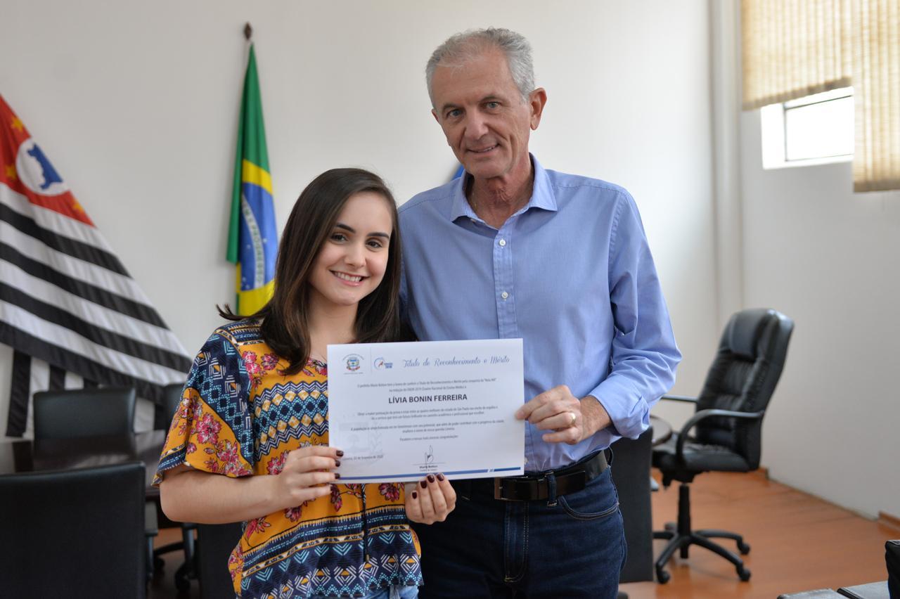 Limeirense que obteve nota máxima na redação do Enem é recebida pelo prefeito