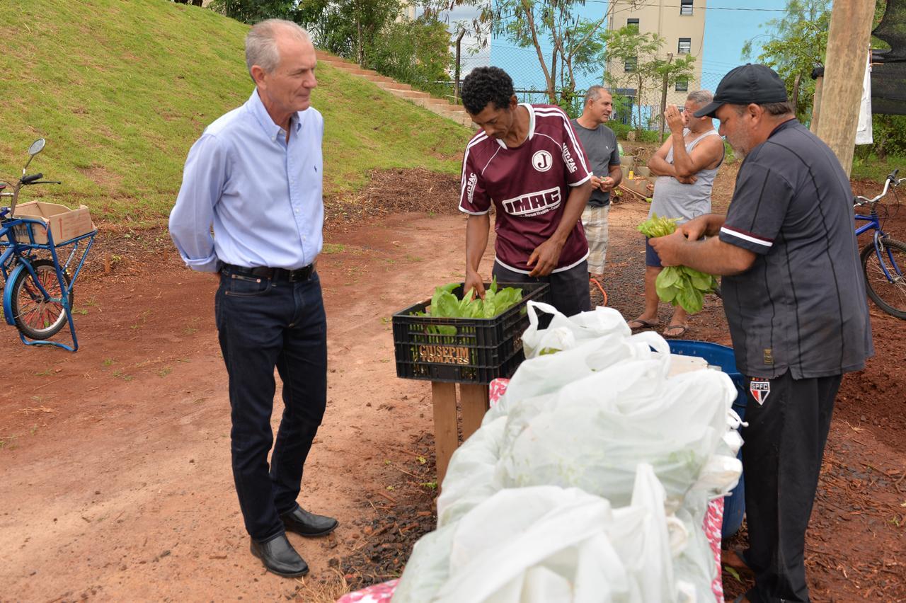 Ferramentas vão auxiliar em horta comunitária em Limeira