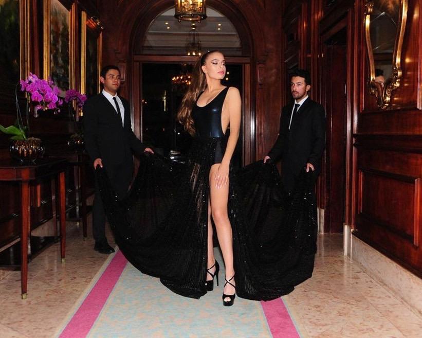 Dinamarquesa com alma brasileira, Emilia Pedersen faz bonito no Baile da Vogue