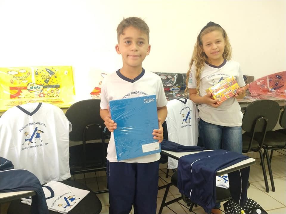 Mais de 1700 alunos do Ensino Fundamental começam a receber kit escolar e uniformes