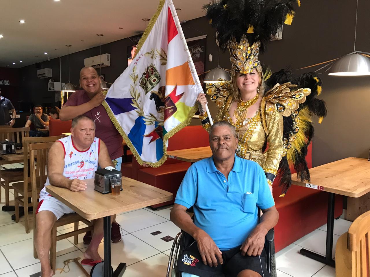 Idosos do Asilo João Kühl Filho têm esquenta de Carnaval em hamburgueria