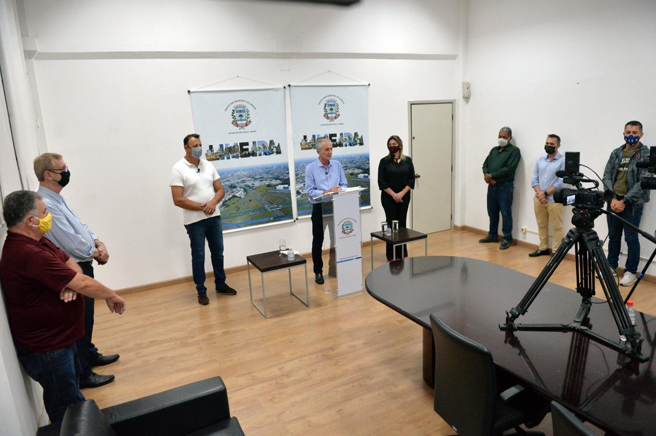 """Regularizados primeiros condomínios; momento é """"histórico"""", diz prefeito de Limeira"""