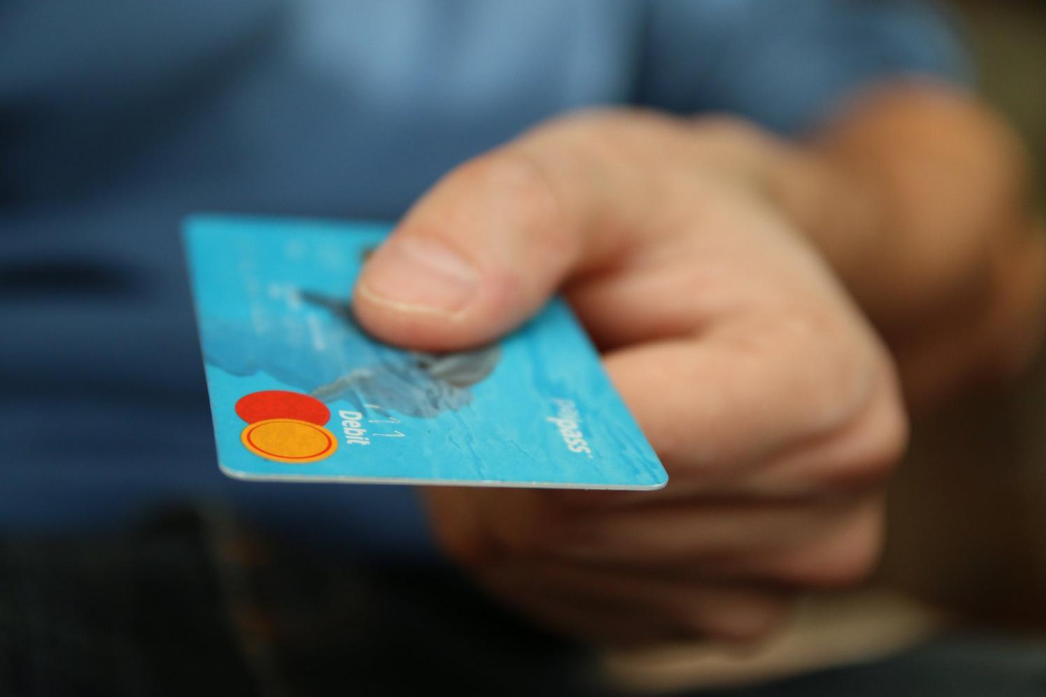 Procon-SP alerta para golpe da troca de cartão