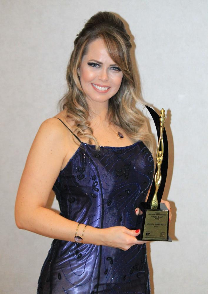 Atriz Mariza Marchetti no ar simultânea em novela da Globo e Record é laureada em SP