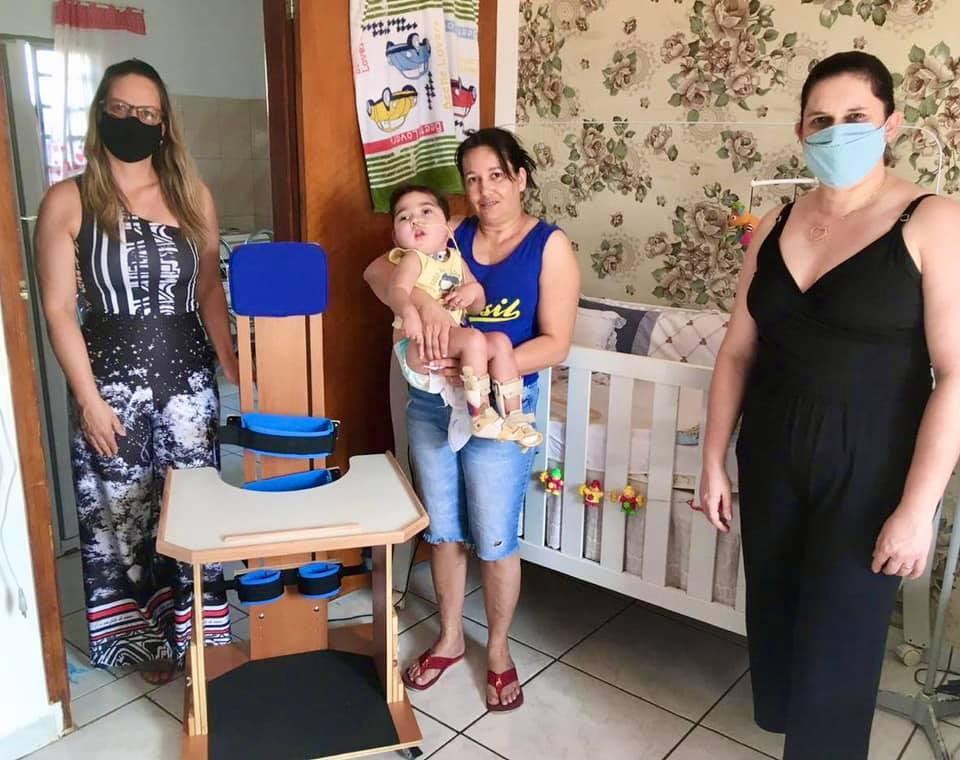 Fundo Social entrega mais uma cadeira parapodium para garoto de Cordeirópolis