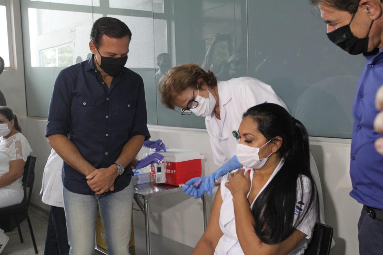 Primeira vacinada do HC de Ribeirão, Técnica de Enfermagem mudou de cidade para combater a COVID-19