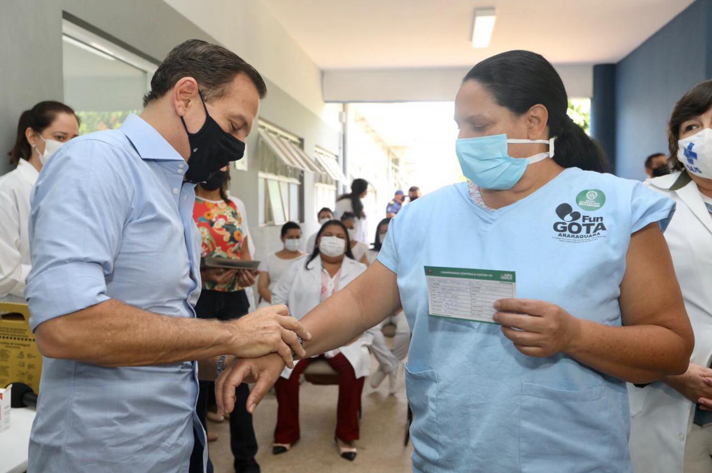 Técnica de enfermagem adia aposentadoria para combater COVID-19 e torna-se primeira vacinada de Araraquara