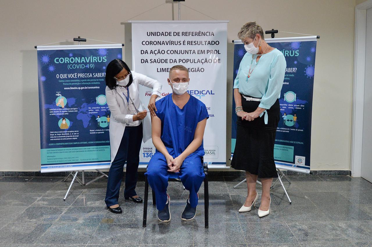 Edina Vieira da Silva é a primeira pessoa vacinada contra a Covid-19 em Limeira