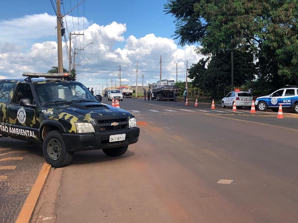 Operação fiscaliza excesso de peso de caminhões em estrada de Cordeirópolis