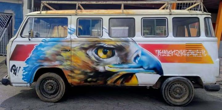 Sem custo algum, artista transforma Kombis em obras de arte
