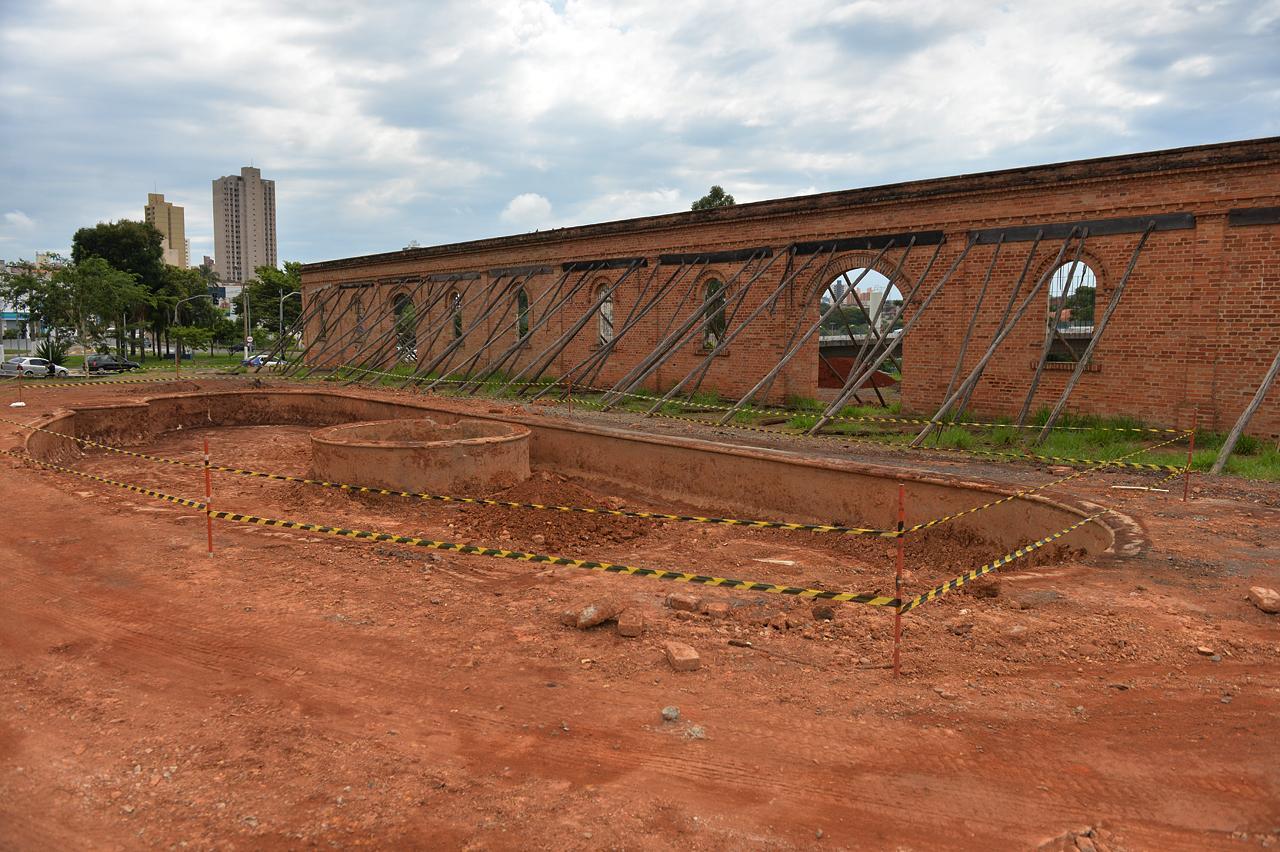 """Fonte histórica """"escondida"""" há quase uma década é desenterrada no centro de Limeira"""