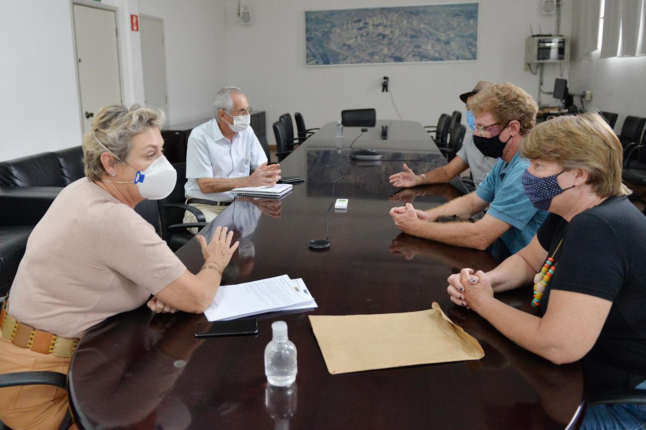 Erika Tank e chefe de Gabinete recebem associação de moradores do Pires