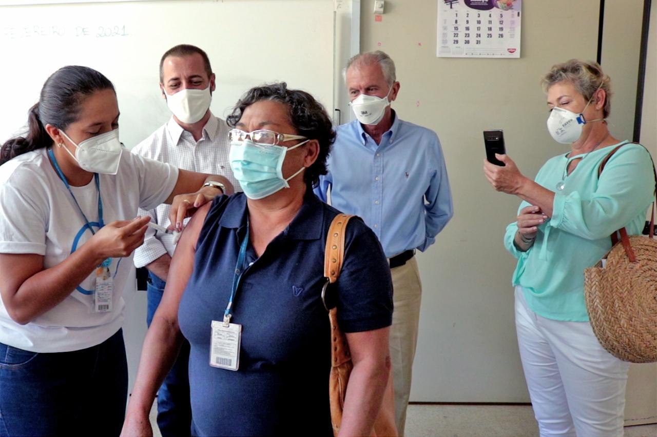 Fátima Aparecida Dacal é a primeira profissional da educação vacinada em Limeira