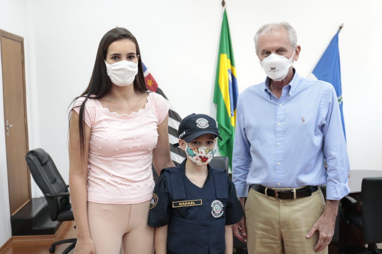 Em Limeira, menino de 9 anos ganha de aniversário farda da GCM