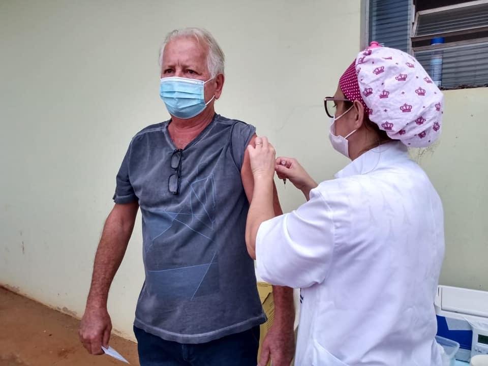 Ex-prefeito Odair Peruchi foi vacinado com a primeira dose da AstraZeneca