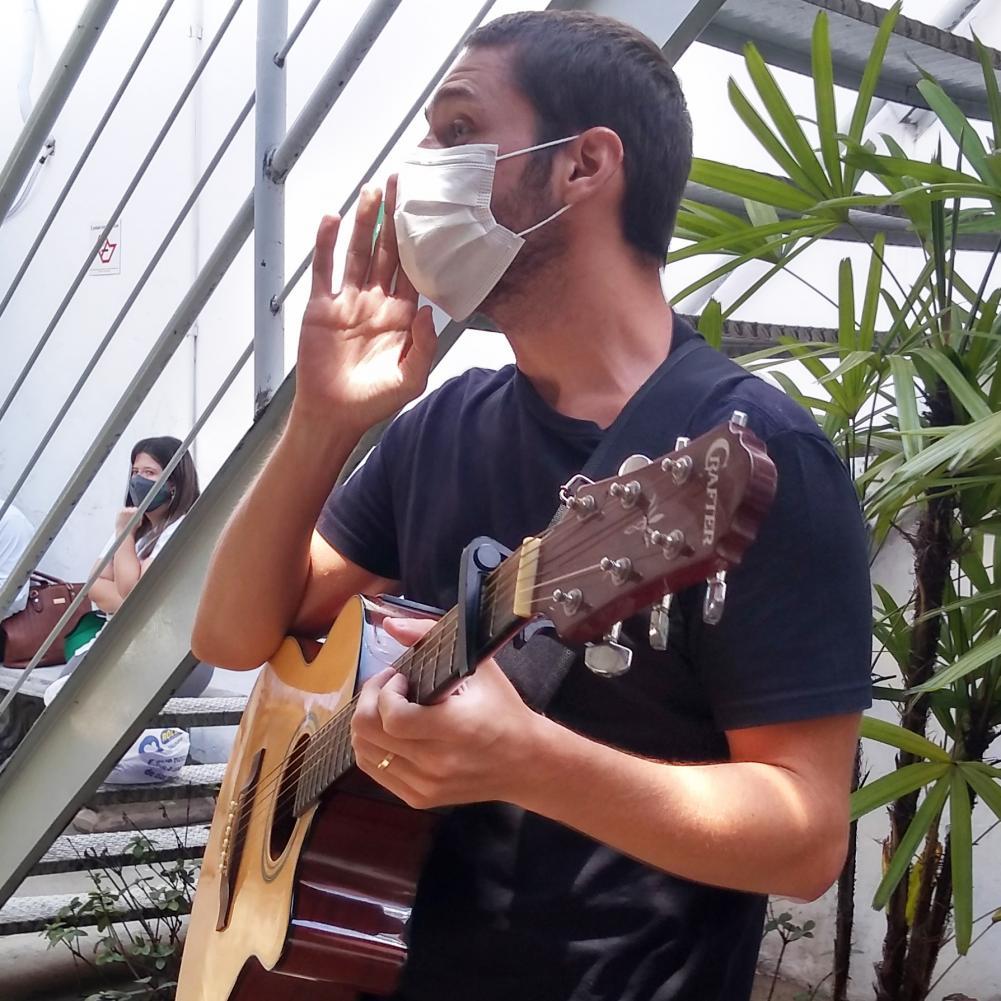 Músico leva mensagens de carinho aos profissionais da saúde