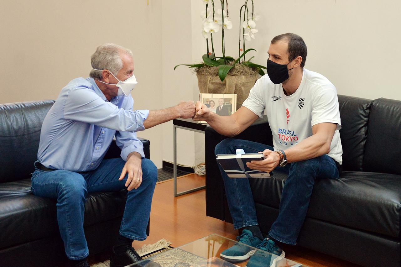 Limeira: Prefeito, vice e deputado recebem nadador olímpico Guilherme Guido