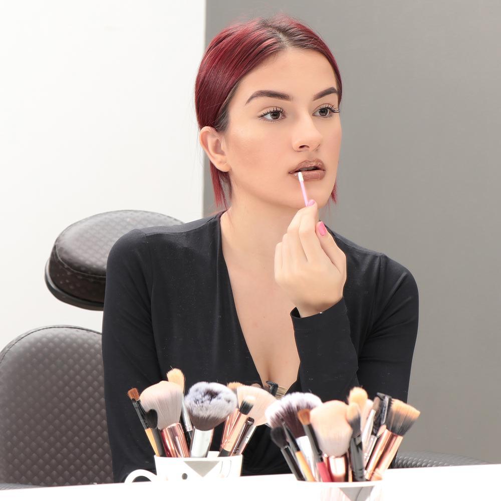 Aprenda a deixar seus lábios volumosos com uma técnica simples