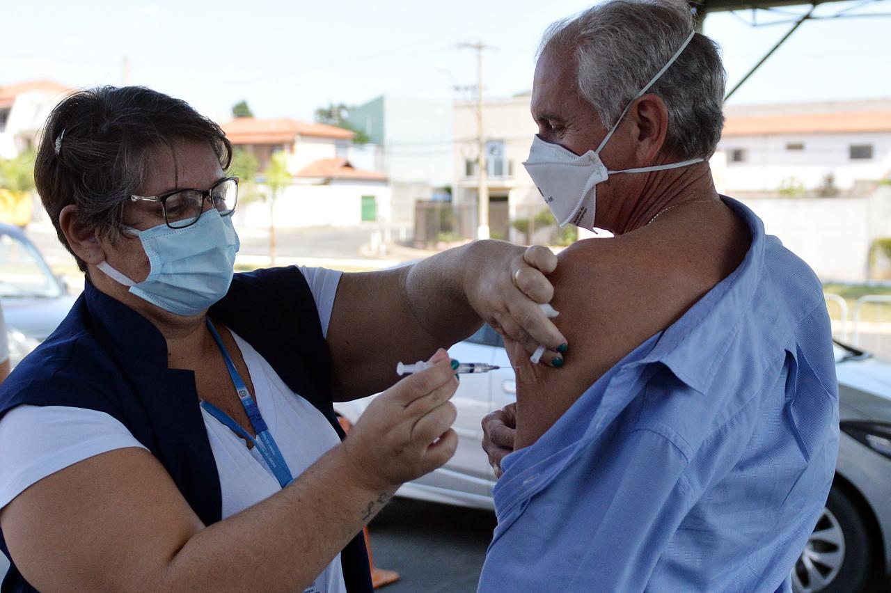 Prefeito de Limeira recebe primeira dose contra a Covid-19