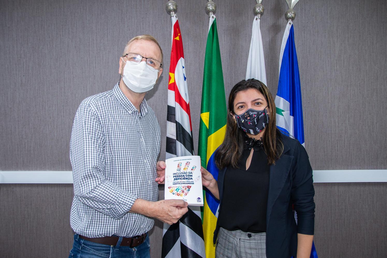 Presidente da Câmara de Limeira recebe livro da ex-vereadora Carolina Pontes