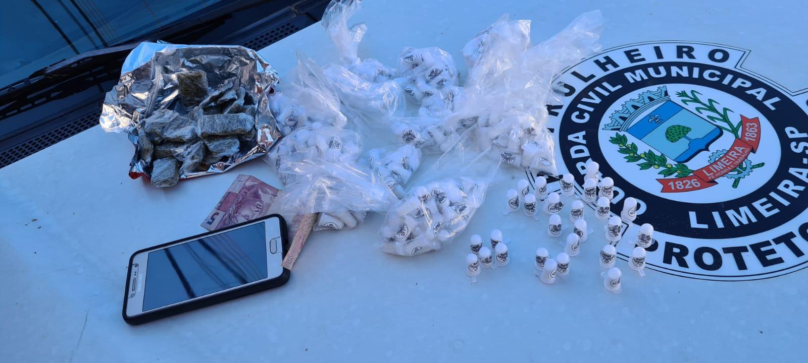 GCM apreende 280 pinos de cocaína; um suspeito é detido