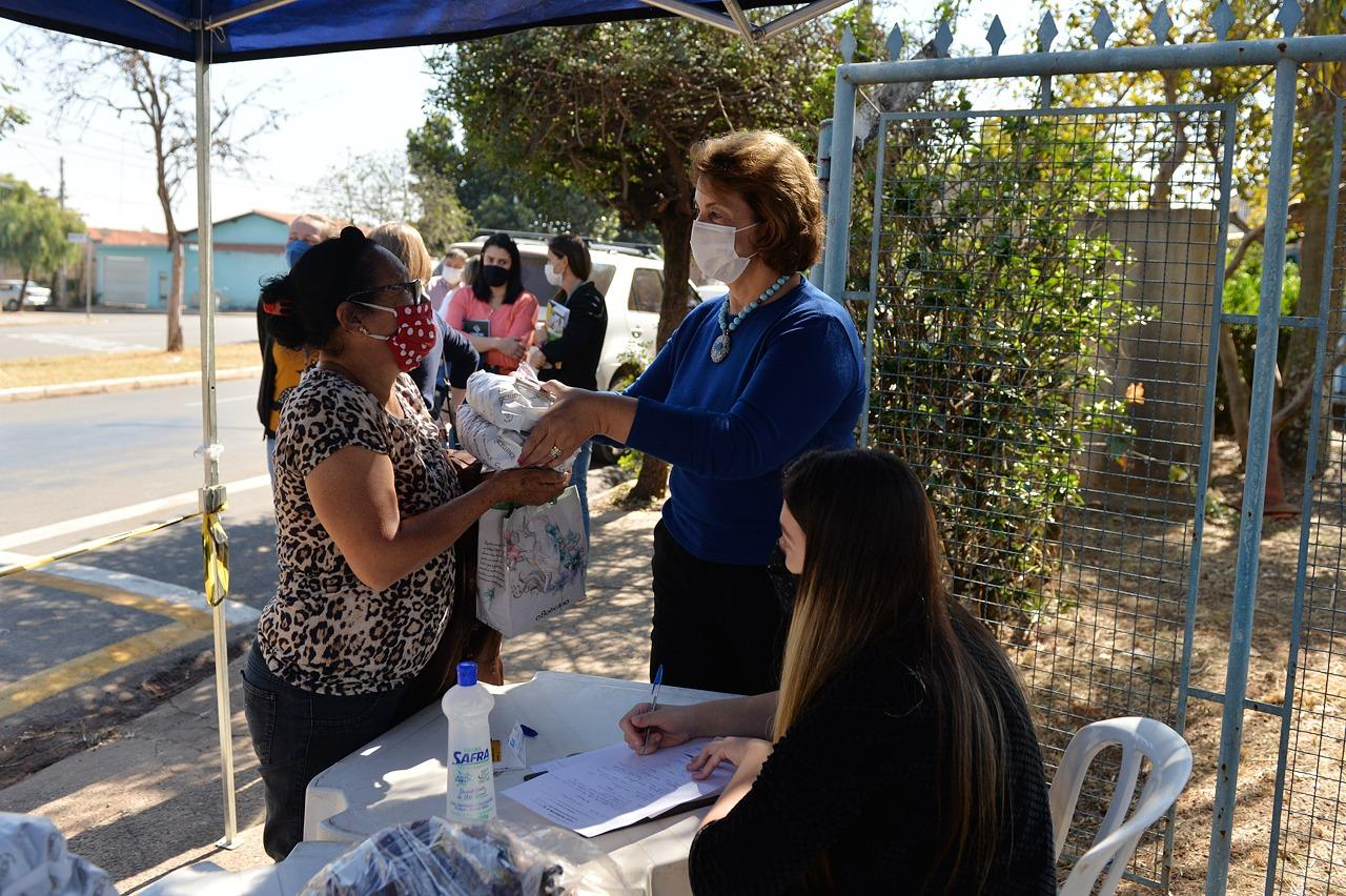 Roberta Botion acompanha doações no Jardim Aeroporto