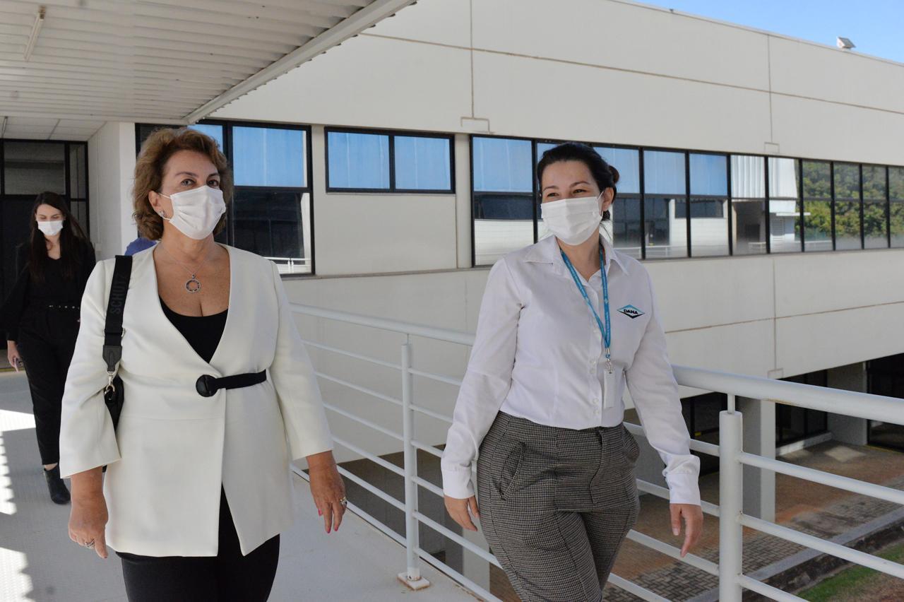 Roberta Botion recebe doação de cobertores e meias de multinacional