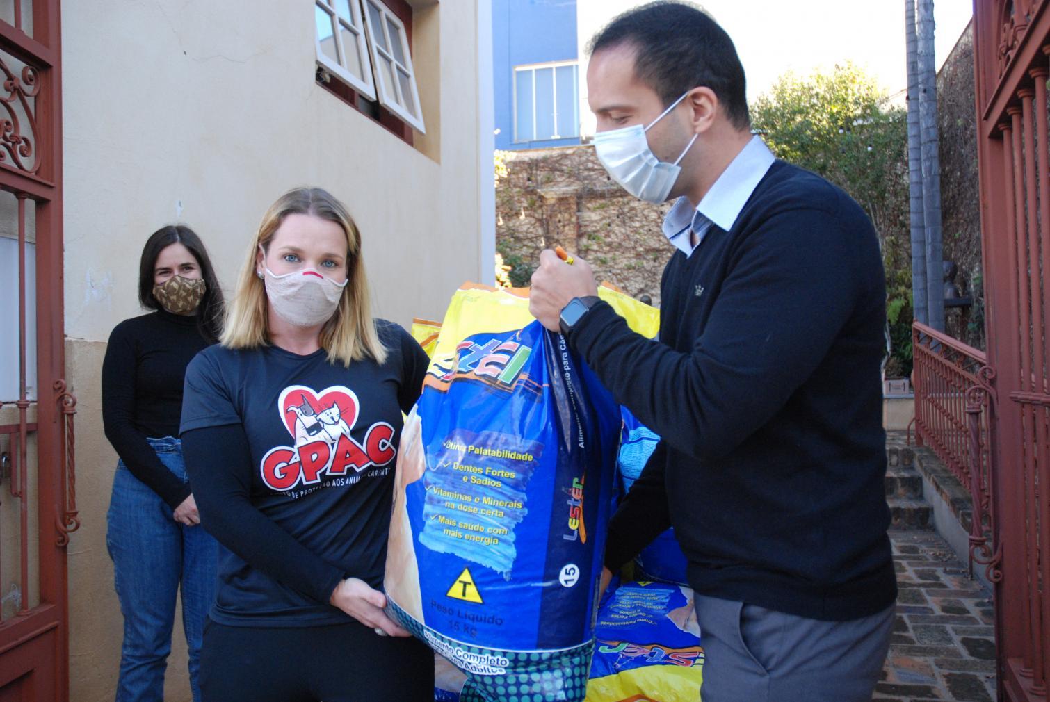 Para contribuir com voluntários da causa animal, Murilo Félix doa 255 quilos de ração