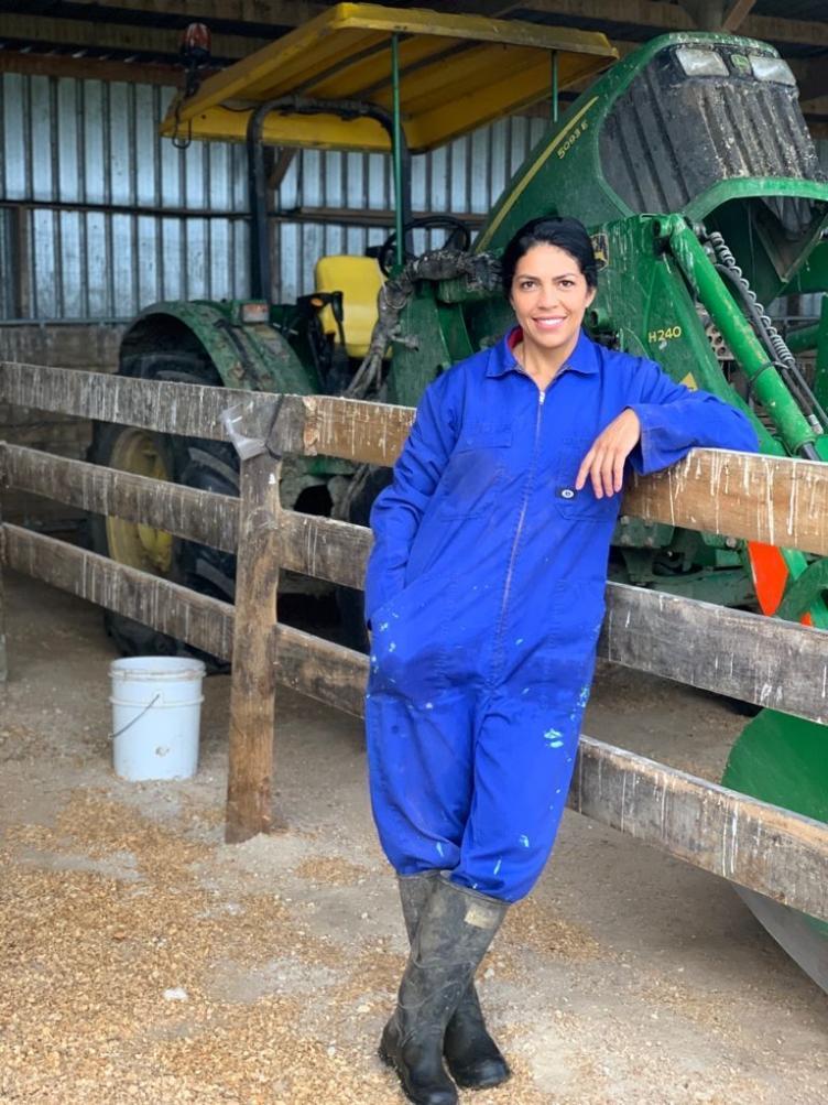 Modelo brasileira que mora na Nova Zelândia realiza bazar beneficente para ajudar os mais necessitados