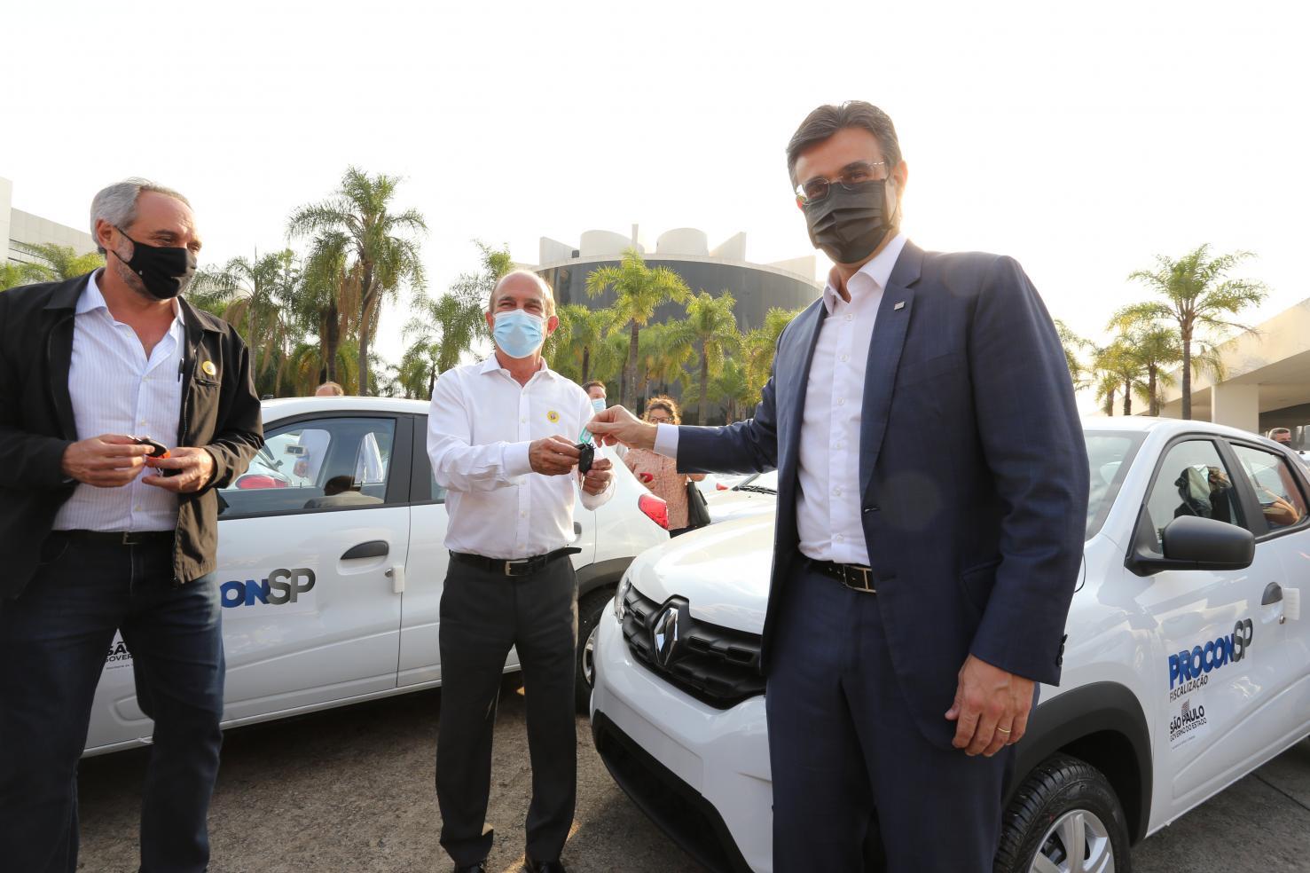 Governo de SP entrega 115 veículos para Procons municipais