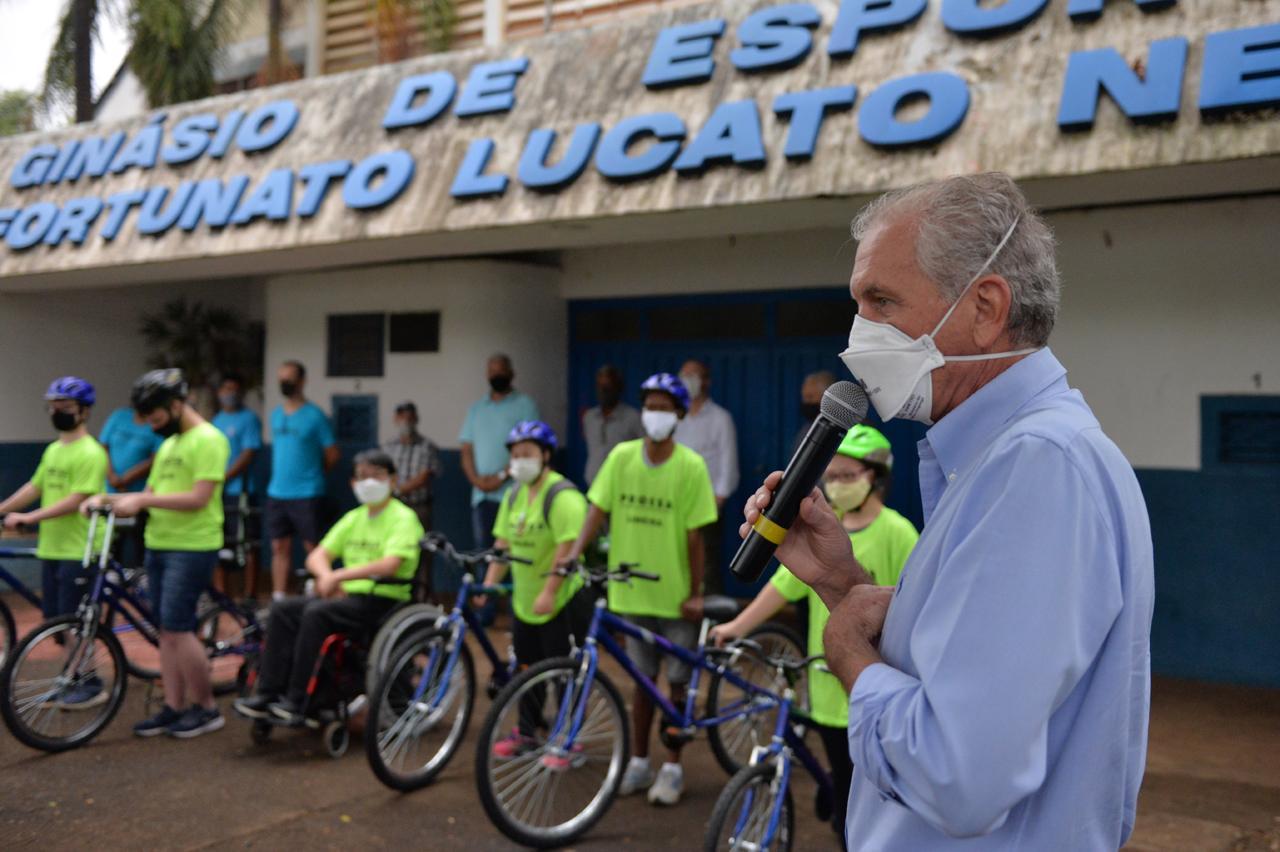Prefeito de Limeira entrega nove bicicletas adaptadas ao Proesa
