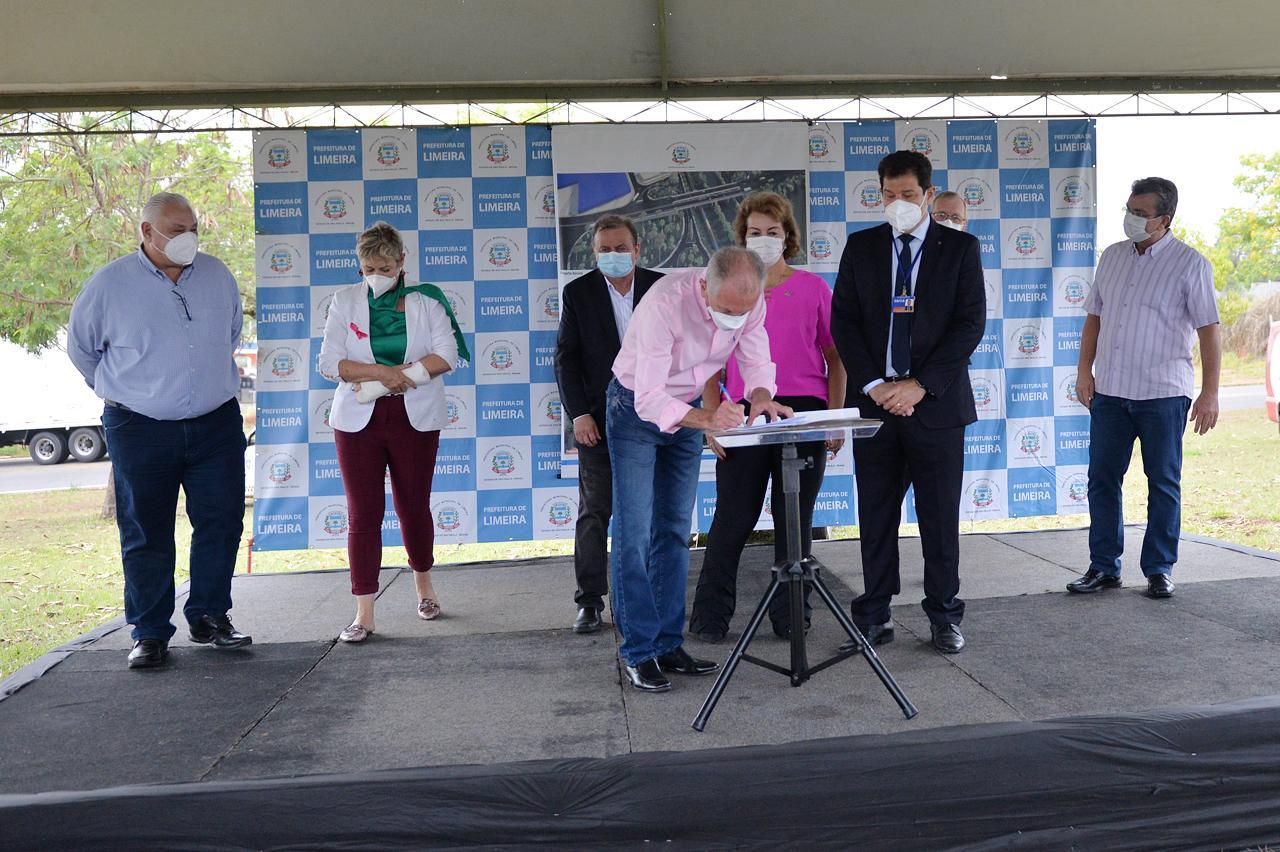 Prefeito assina contrato que libera investimento para dezenas de obras em Limeira