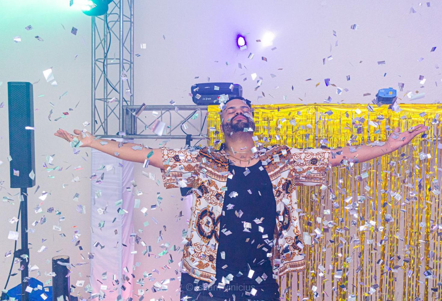 DJ Felipe Octávio comemora 30 anos com festa em tapete vermelho