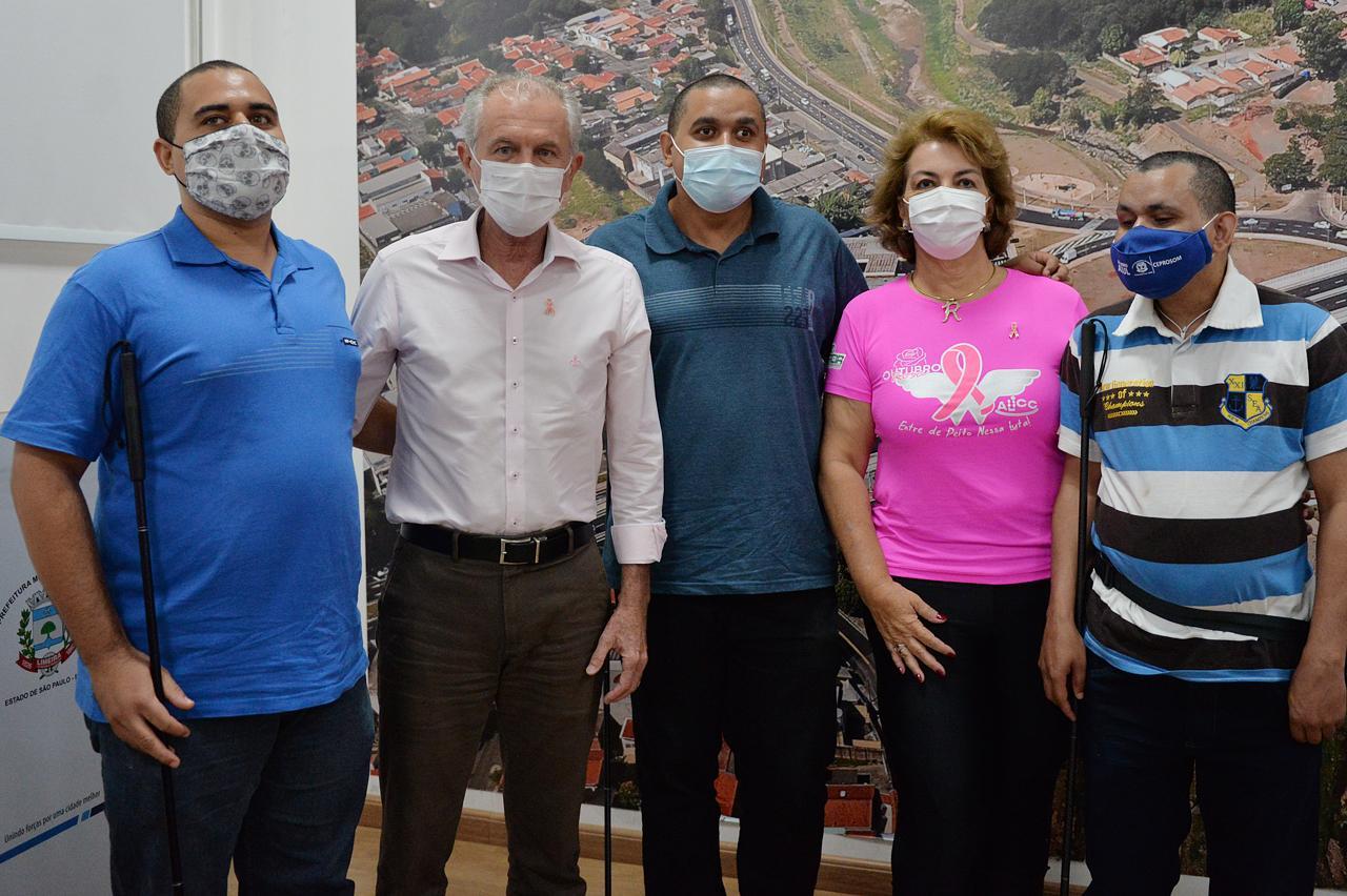 Prefeitura de Limeira recebe doação de bengalas para atendidos do João Fischer